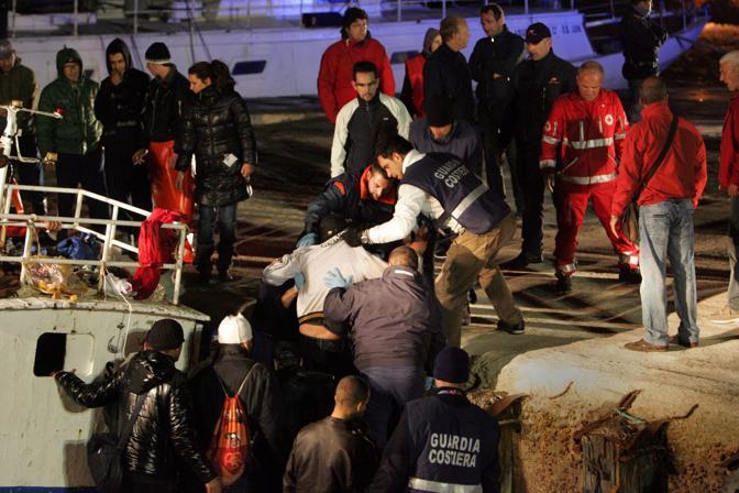 536183 Emergenza immigrati a Lampedusa. Sbarchi durante la notte